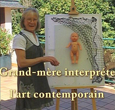 Grand-mère interpréte l'art contemporain,